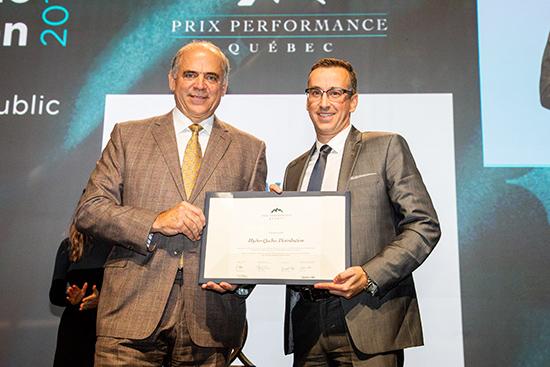 Pierre Fitzgibbon, ministre de l'Économie et de l'Innovation, remet une Grande Mention à Éric Filion, président, Hydro-Québec Distribution