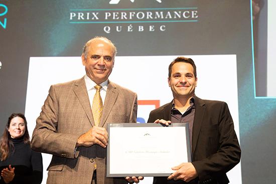 Pierre Fitzgibbon, ministre de l'Économie et de l'Innovation, remet une Mention à Alain Prévost, directeur corporatif – Excellence opérationnelle, CMP Solutions Mécaniques Avancées.